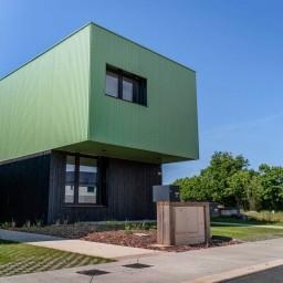 Bénéficiez d'un abri de voiture grâce au concept architectural de votre maison écologique et design.