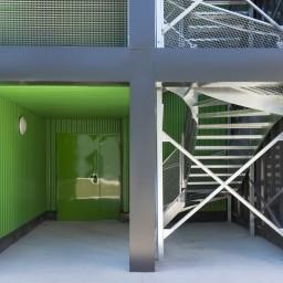 Une image architecturale marquée par des matériaux nobles, des formes recherchées et des couleurs qui rehaussent le ton des bâtiments !